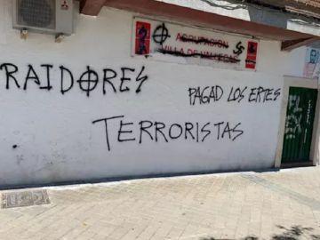Imagen de la fachada del PSOE en Villa de Vallecas que ha amanecido este sábado con pintadas