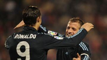 Van der Vaart abraza a Cristiano Ronaldo