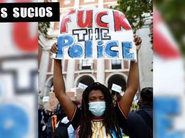 Una joven sostiene una pancarta durante la concentración convocada en Madrid