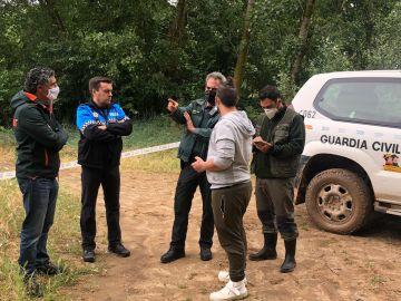 Agentes de la Guardia Civil, la Policía Local y el Seprona trabajando en el dispositivo