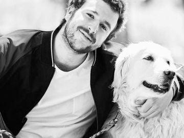 Aless Lequio junto a su perra Luna