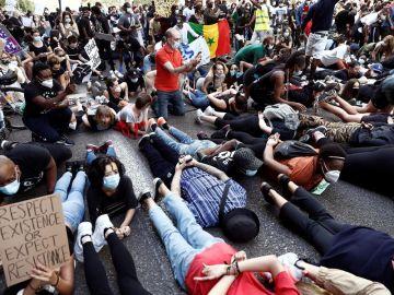 Manifestantes durante la concentración convocada en Madrid por la Comunidad negra africana y afrodescendiente en España