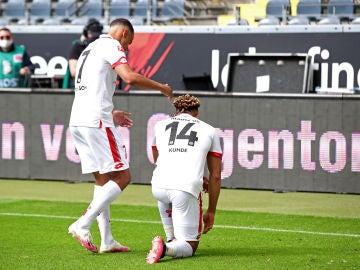Jugadores del Mainz 05 se arrodillan contra el racismo.
