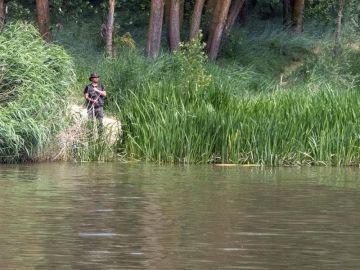 Integrantes del SEPRONA de la Guardia Civil y de la Policía Local de Simancas (buscan también un cocodrilo avistado en la zona de Pesqueruela.