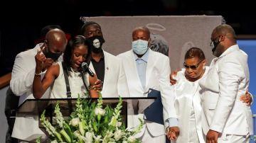 Brooke Williams,, sobrina de George Floyd, habla durante el funeral en presencia de parte de su familia