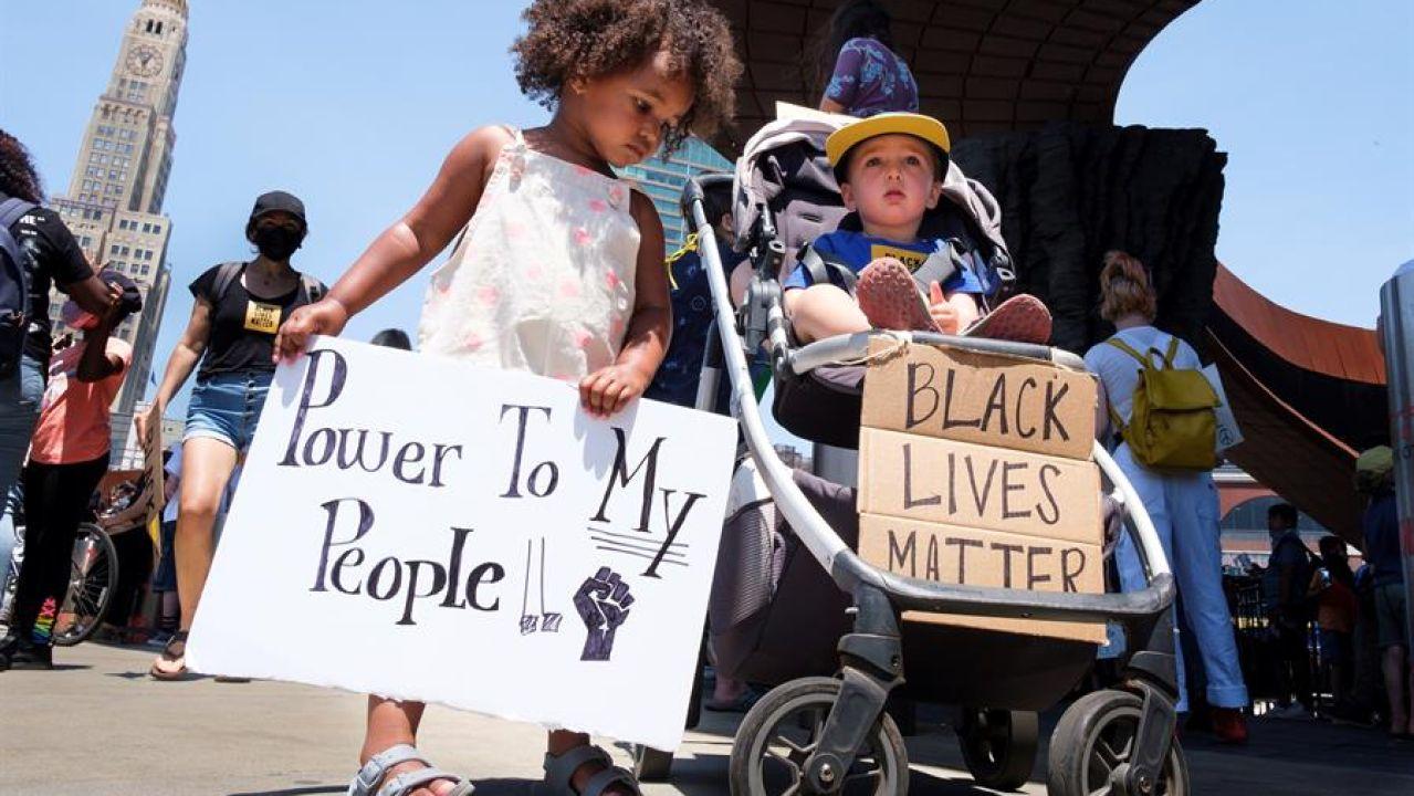 Una niña y un niño participando en una de las manifestaciones pacíficas de Nueva York