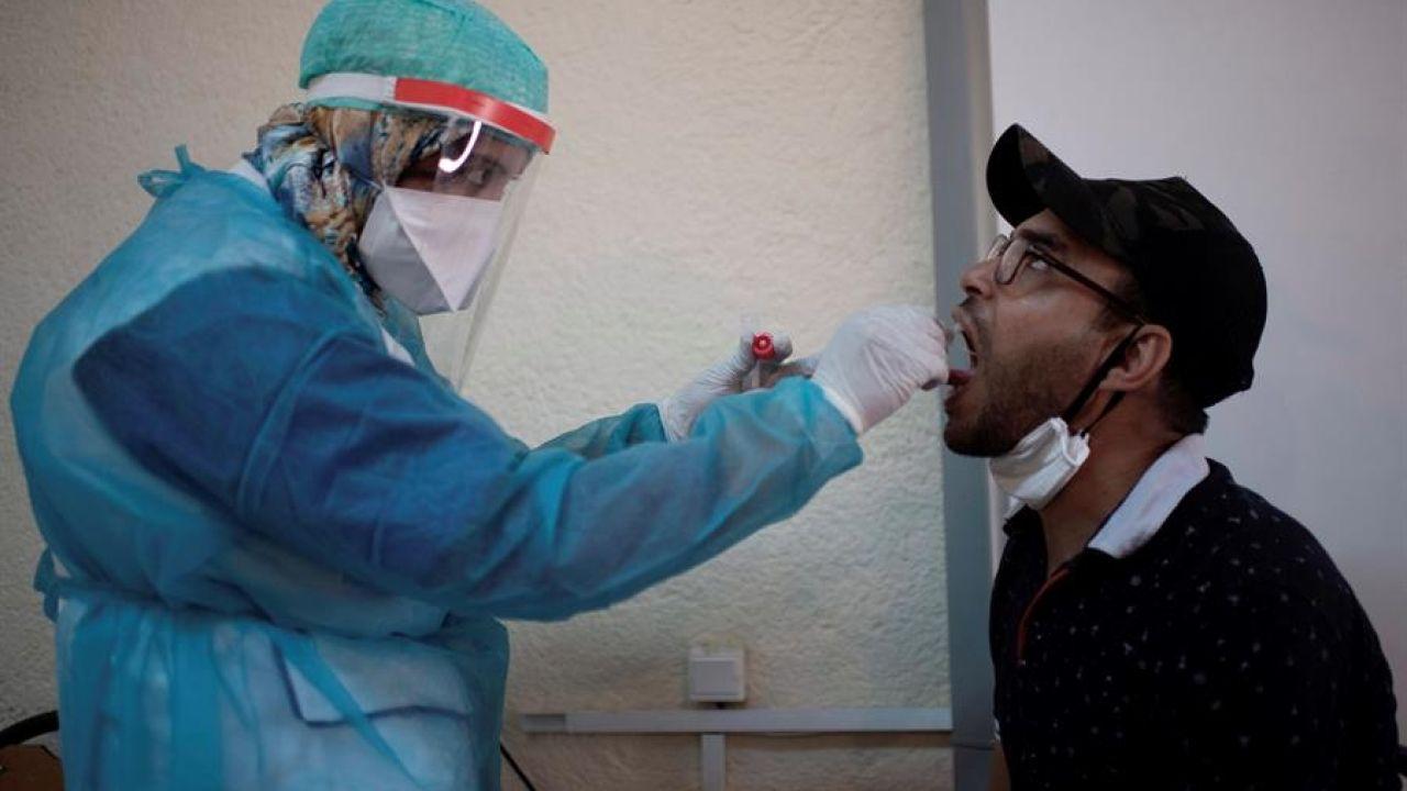 Un sanitario realiza un test del covid-19
