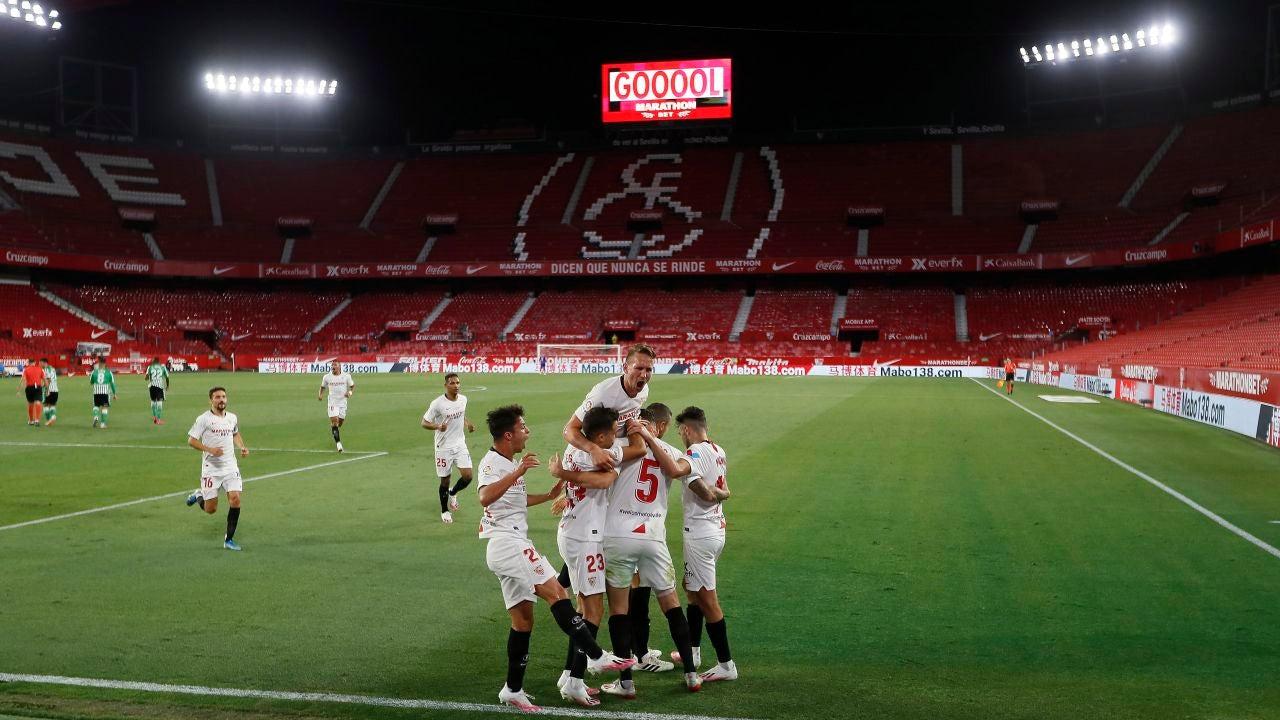 Los jugadores del Sevilla celebran el primer gol ante el Betis