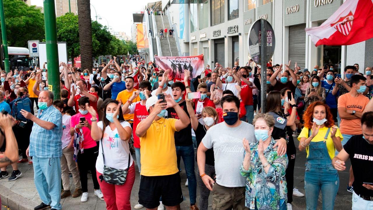 Aficionados del Sevilla en la previa del derbi.