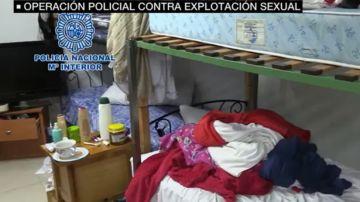 Imagen del sótano en el que vivían cinco mujeres que eran explotadas sexualmente en Cartagena