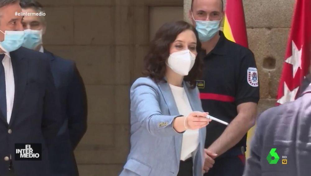 Vídeo manipulado - Isabel Díaz Ayuso intenta hacer amigos regalando bolis en un acto público