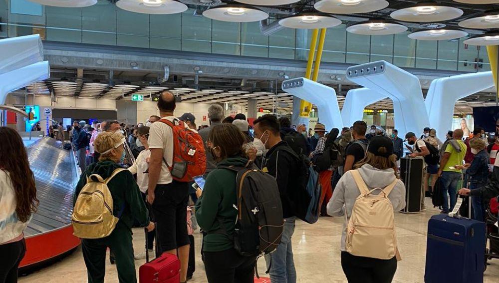 Colas de hasta tres horas en el Aeropuerto de Barajas para los pasajeros que acaban de aterrizar