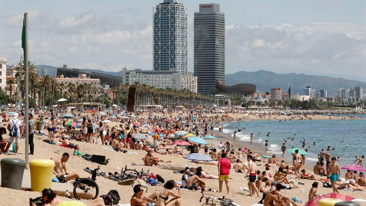 Aspecto de la playa de San Sebastiá, en Barcelona, este domingo