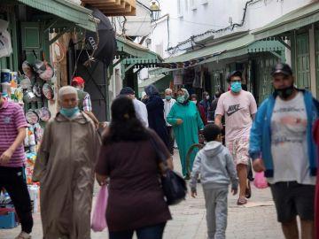 Imagen de personas paseando por Marruecos