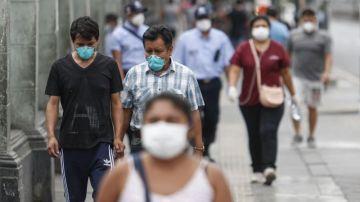 Peruanos paseando con mascarillas
