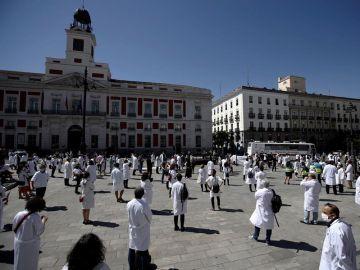 Concentración de médicos en Sol en defensa de su profesión