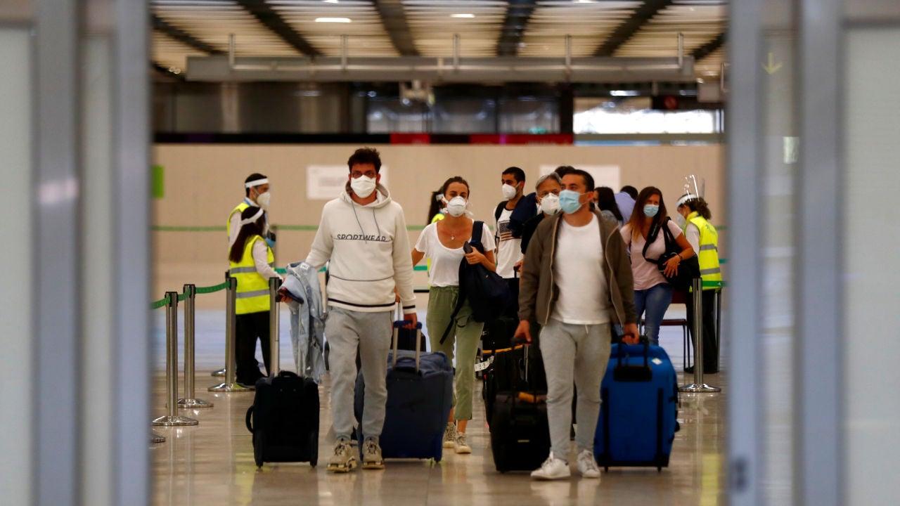 Pasajeros llegan al aeropuerto de Barajas en el primer día de la nueva normalidad