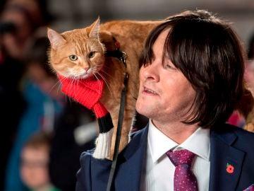 El escritor y músico británico James Bowen y su gato Bob