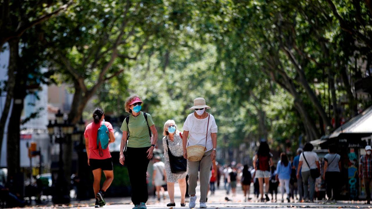 Personas pasean durante el primer día tras el fin del estado de alarma en Las Ramblas