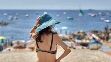 Varias personas disfrutan del buen tiempo en la playa de Calella de Palafrugell