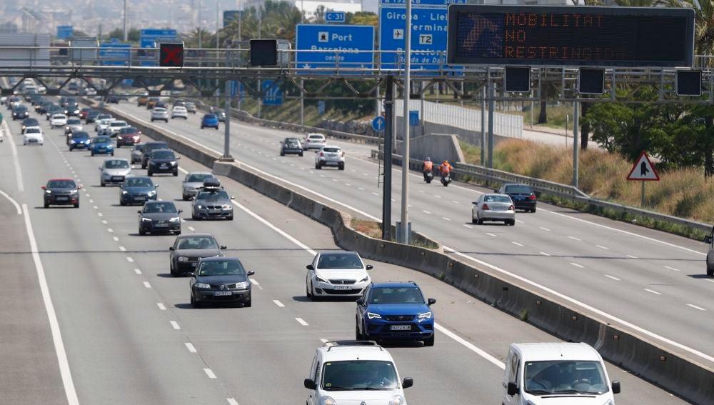 Vista del tráfico denso en la C31 dirección Tarragona en plena operación salida el primer fin de semana de nueva normalidad