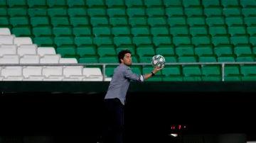 Rubi toma un balón en el Estadio Benito Villamarín.