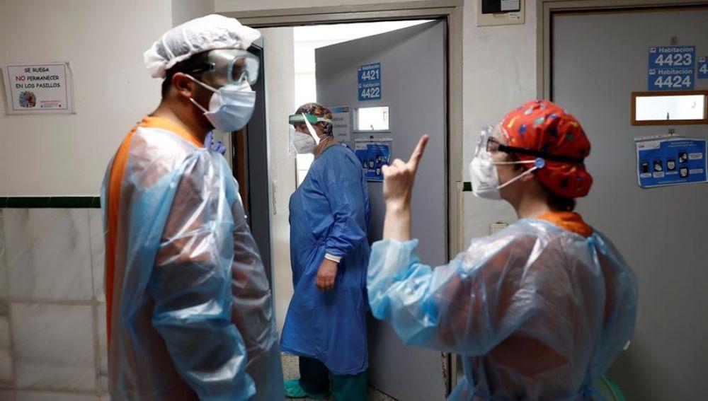Dos sanitarios conversan en el Hospital Gregorio Marañón