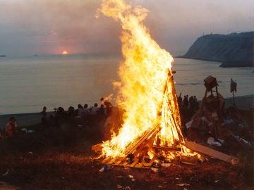 Imagen de una hoguera en la noche de San Juan