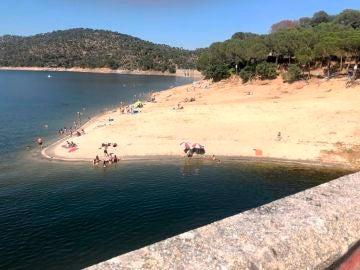 Gente bañándose en el pantano de San Juan pese a que está prohibido