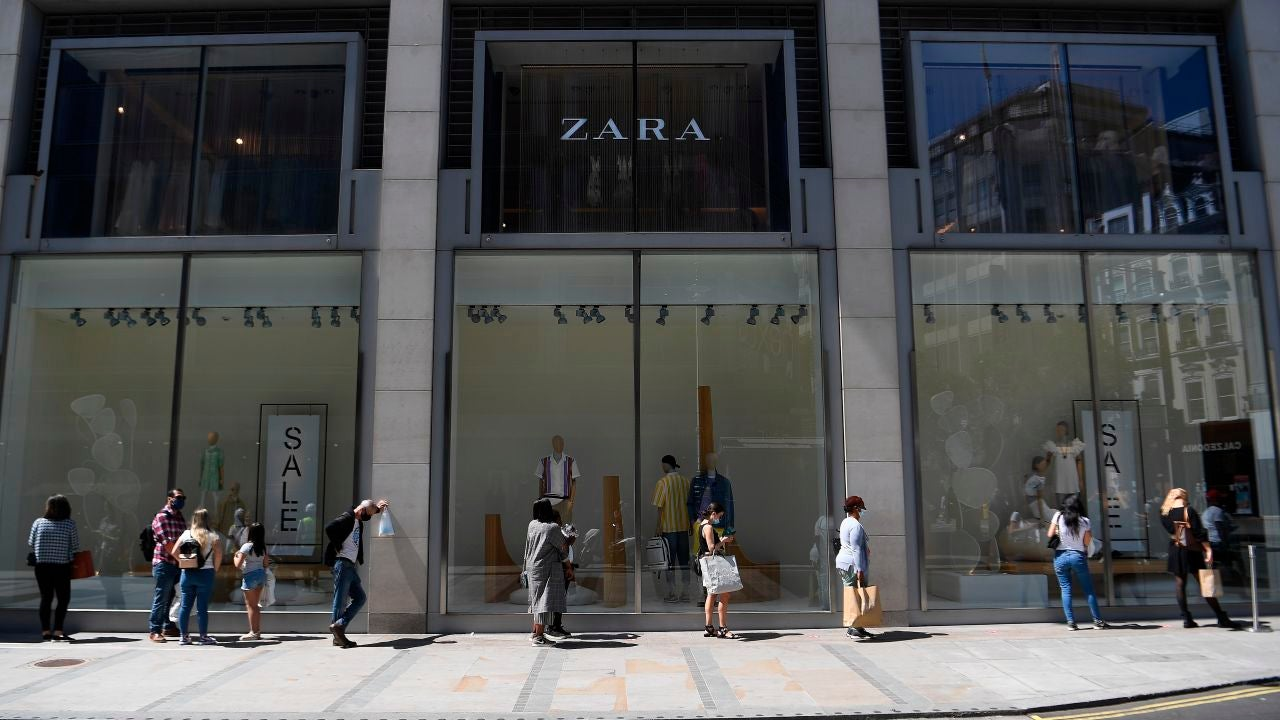 Varias personas esperan a acceder a una tienda de Zara en plena pandemia de coronavirus