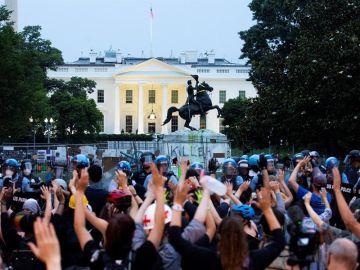 La policía carga contra manifestantes en el Parque Lafayette, frente de la Casa Blanca
