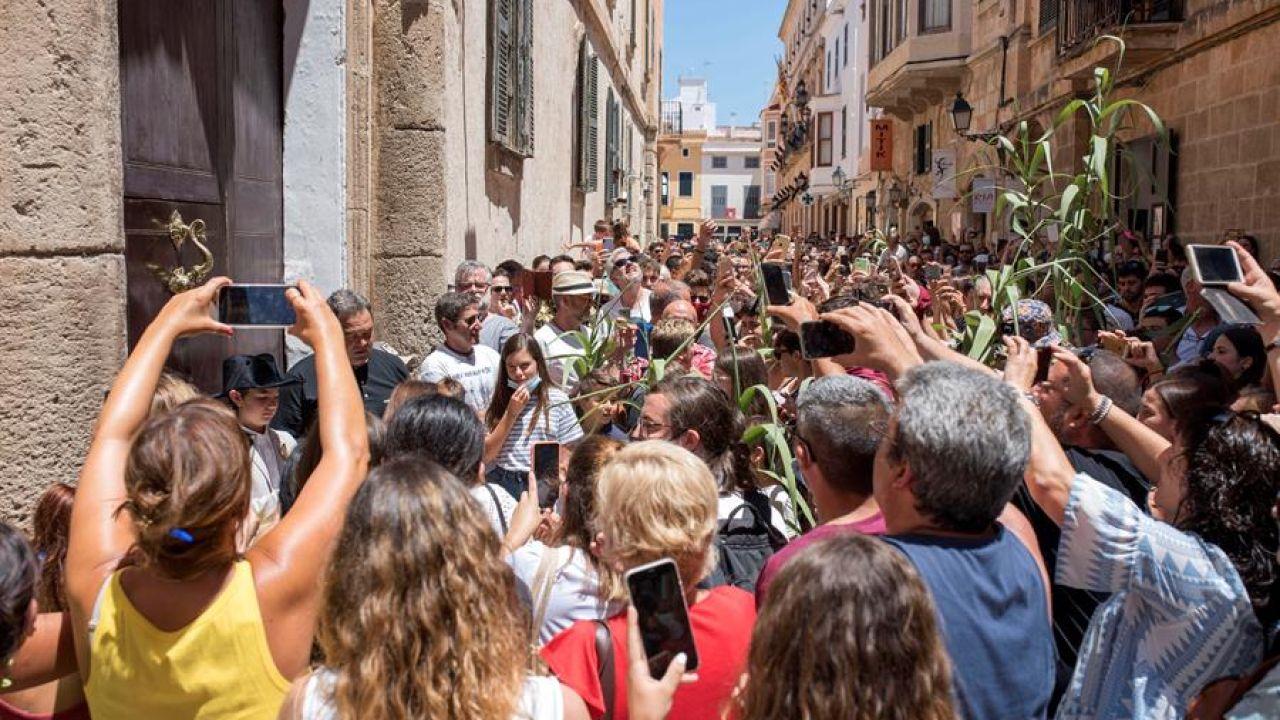 Aglomeración en una celebración espontánea de la fiesta de San Juan en Ciutadella