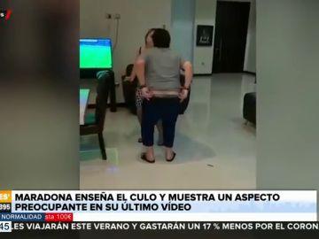 Maradona se baja los pantalones en un vídeo y hace un 'calvo' mientras baila con dificultades