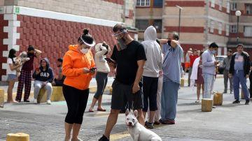 Personas salen de sus hogares después de escuchar la alerta sísmica