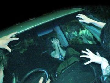 Un visitante de la casa del terror en el interior de su vehículo