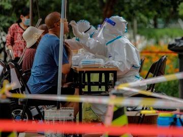 Personal sanitario hace pruebas de coronavirus a los residentes de Pekín