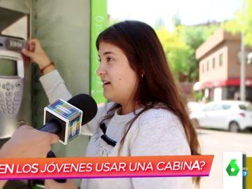 La reacción de los jóvenes españoles al intentar llamar por teléfono desde una cabina: