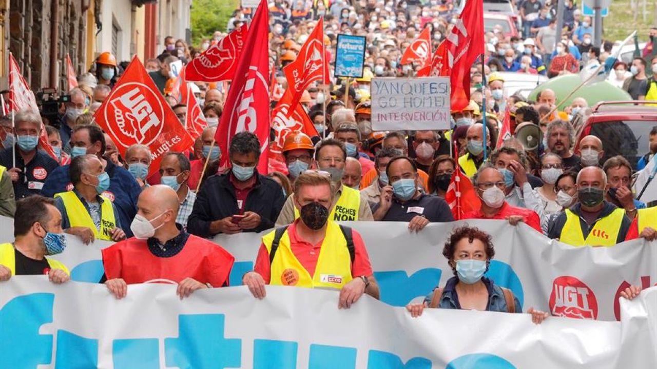 Manifestación a favor del mantenimiento del empleo y contra el cierre de la planta de Alcoa en San Cibrao este lunes