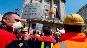 Trabajadores de Alcoa protagonizan una nueva concentración de protesta ante la subdelegación del Gobierno, en Lugo