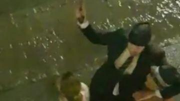 Eric Escobedo, alcaldee de Lanjarón, abrazándose a sus vecinos