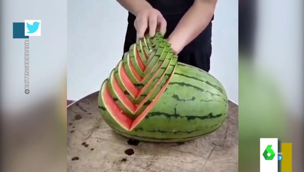 Así es el increíble truco de un chico para cortar la fruta