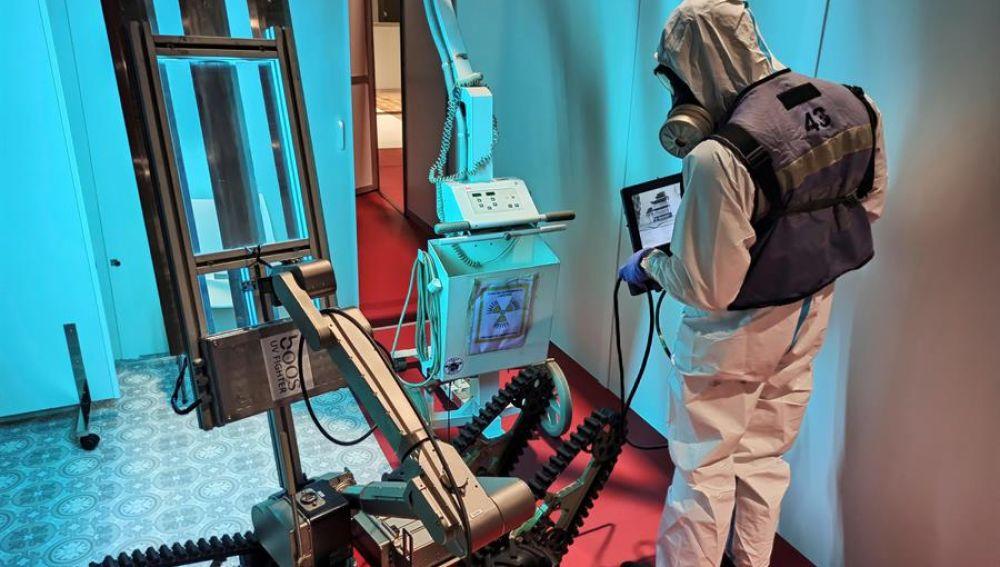 Un miembro de la UME desinfecta con el robot Teodor