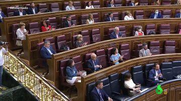 La bancada del PSOE y Unidas Podemos aplaude las palabras de Calvo