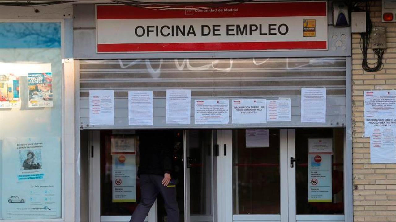 Un hombre entra en una oficina de empleo en Madrid.