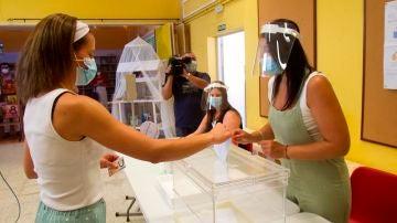 Voluntarios participan en un municipio gallego en la demostración de las medidas de seguridad que se tomarán en los colegios electorales gallegos de cara a los comicios del 12 de julio
