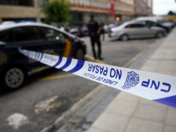 Agentes de la Policia en el exterior de un edificio de Santander puesto en cuarentena