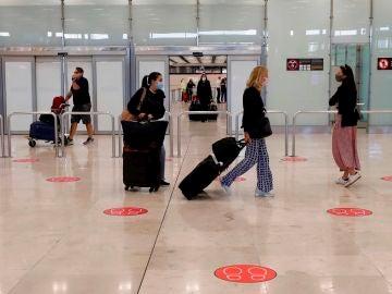 Viajeros llegando al Aeropuerto Adolfo Suárez-Madrid Barajas