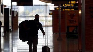 Un pasajero en la Terminal 4 del Aeropuerto de Madrid-Barajas Adolfo Suárez.