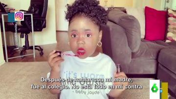 El divertido vídeo en el que una niña cuenta sus anécdotas del cole mientras se maquilla