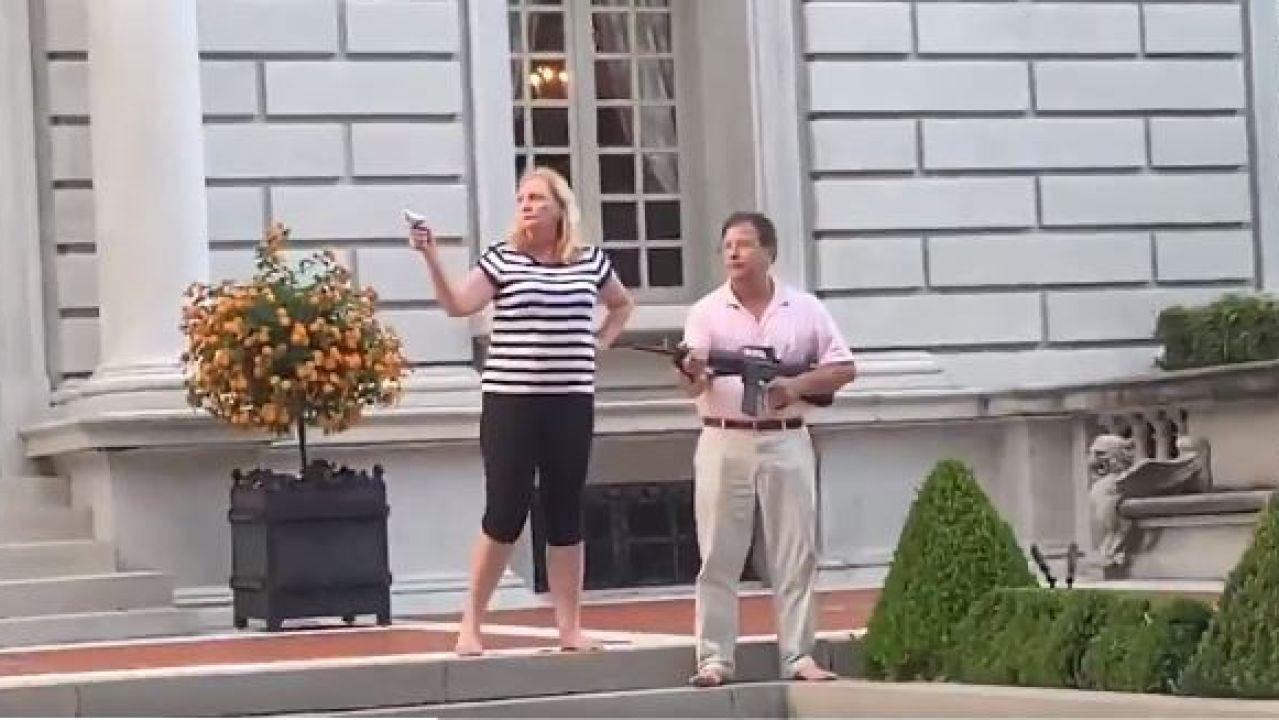 Una pareja apunta con armas a manifestantes en EEUU